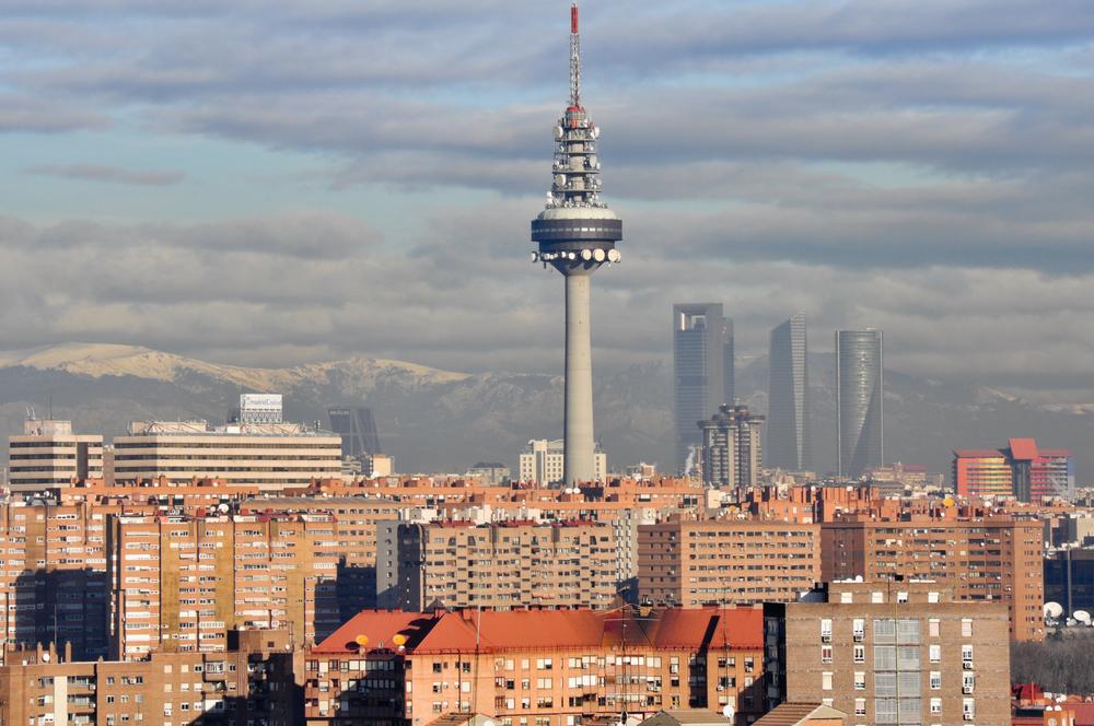 Torre de Tlevisión de Madrid, el Pirulí con el barrio de Moratalaz al fondo