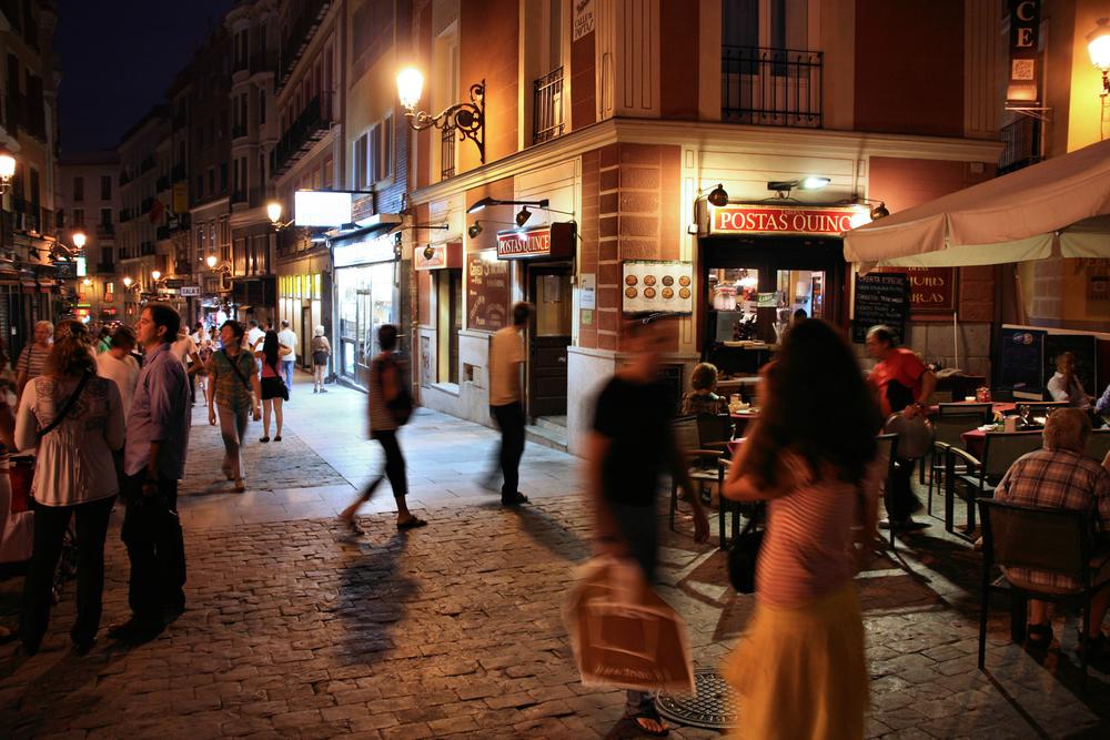 Ambiente nocturno en Madrid, barrio de las Letras-Lavapiés