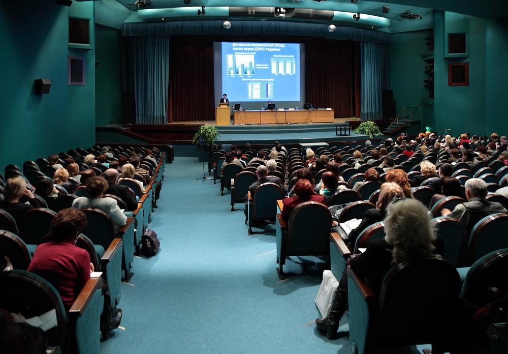 Auditorio lleno de gente en centro cultural