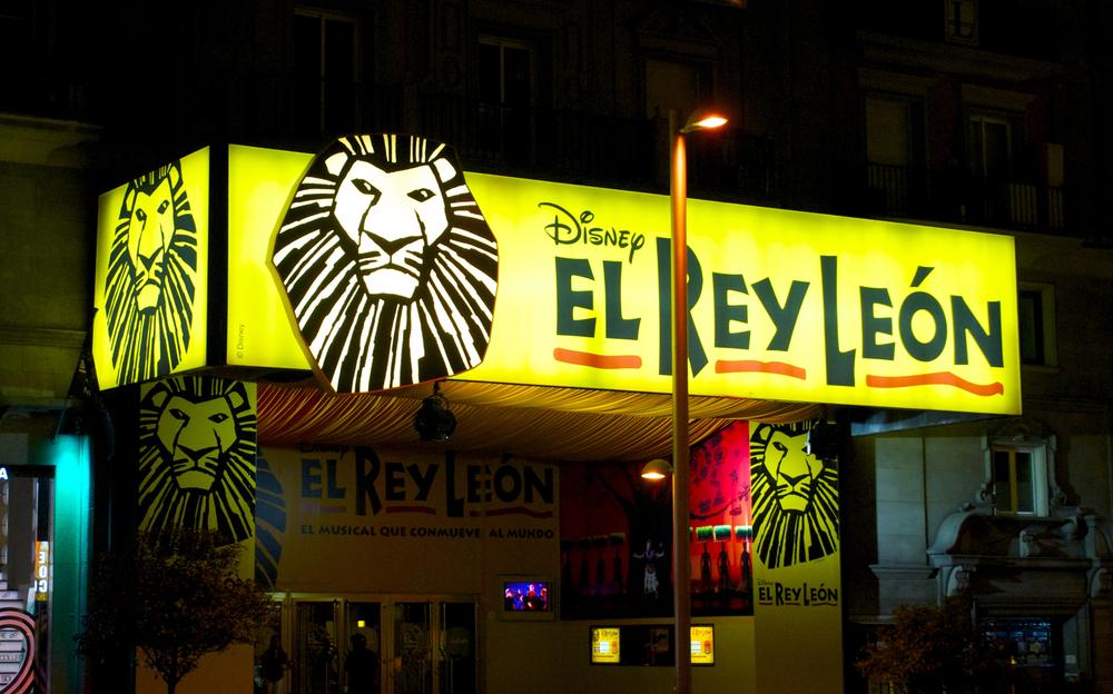 Cartelera del musical el Rey León en la Gran Via de Madrid