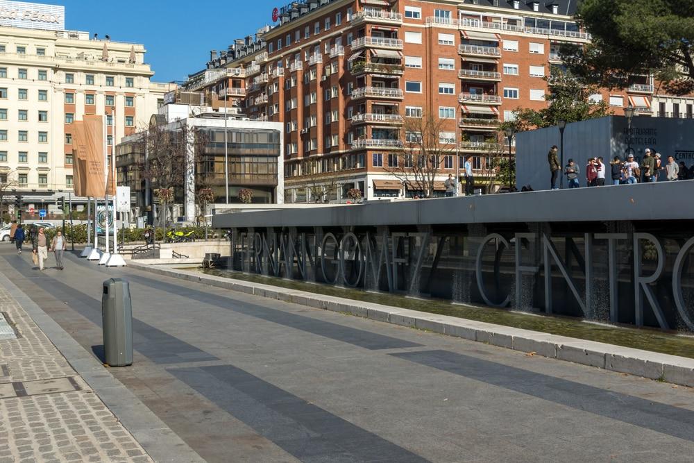 Plaza de Colón de Madrid con el centro cultural Fernando Fernán Gómez