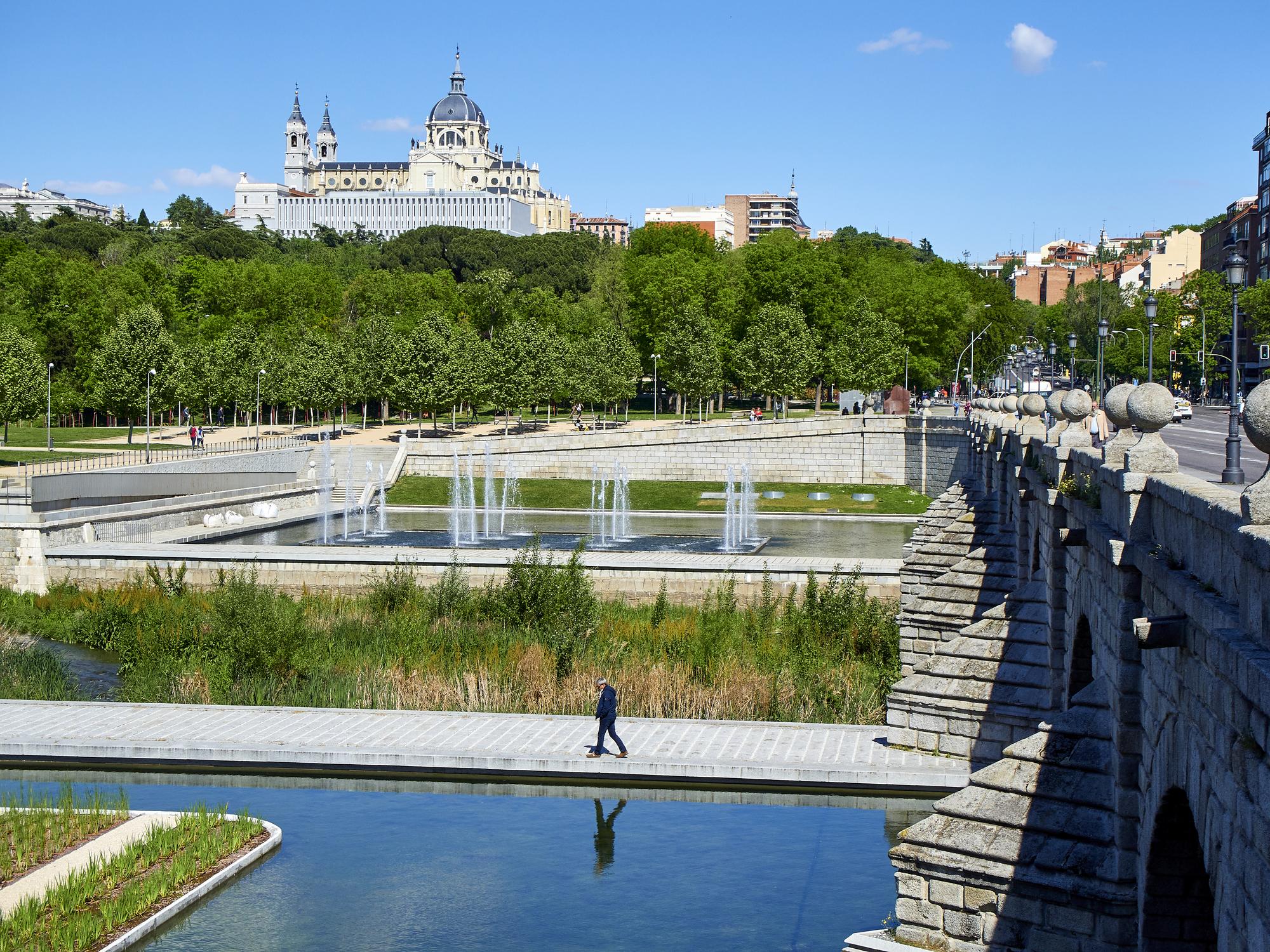 Vista general de Madrid Río desde el puente de Segovia.